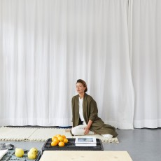 <p><strong>Where can we, may we, and do we want to sleep?</strong> <strong>Hanna Burkart,</strong> contemporary nomad, artist, applied researcher—lives in the places she works with.<br />Hannah Burkart, WOHNEN, V.A.Marktstand, 1100 Wien, © Maria Ritsch</p>